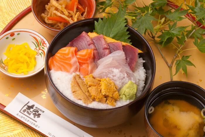今日の一丼!「季節料理 志のや」のキラキラ秋旨丼