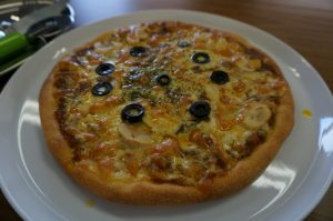 食べたら病みつき『月と昴のカレーピザ』!!