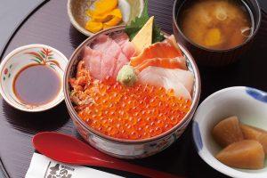 今週のイチ丼「季節料理 志のや」のキラキラいくら丼!