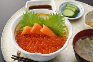 今週のイチ丼!いくら×サーモンのコラボ「食楽 しお彩」のキラキラいくら丼!