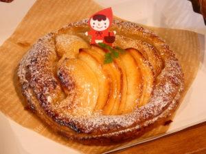 """今年もこの季節が!宮城県でしか栽培してない幻のリンゴ『サワールージュ』を丸々1個使用した""""アップルパイ""""の販売が始まりました!"""