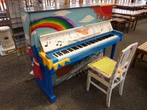さんさんコート(フードコート)に設置してあるストリートピアノの修理&調律を行いました!