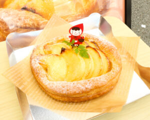 """【※今しか食べれません】『オーイング菓子工房 Ryo』幻のリンゴ""""サワールージュ""""を丸々1個使用した""""アップルパイ""""の販売開始!"""